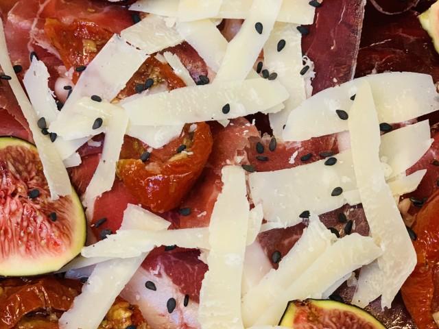 Jules Bistrot Gourmand Jambon Ibérique 24 mois d'affinage, copeaux de parmesan, tétragone, tomates séchées.