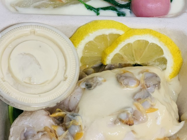 Jules Bistrot Gourmand Merlu, sauce citronnelle, coques, mousseline de fenouils et légumes de saison.