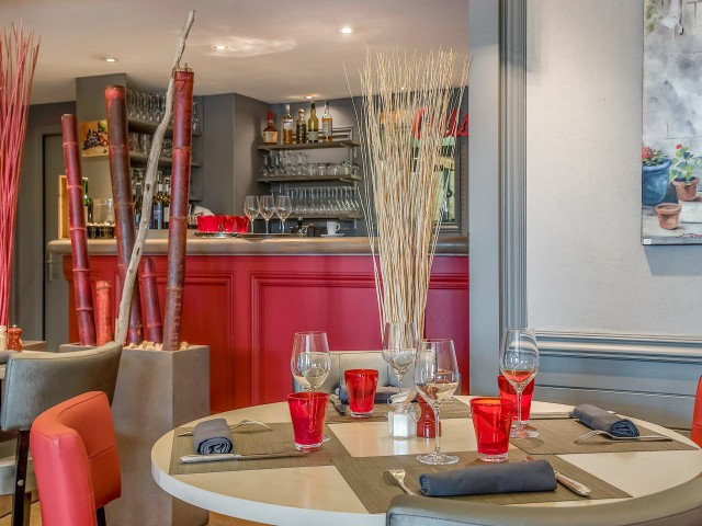 Jules Bistrot Gourmand Salle Principale - Table ronde - Vue sur Bar