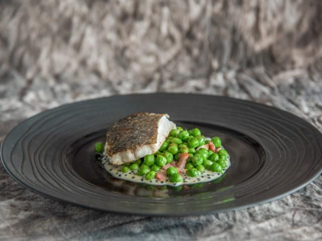 Restaurant Jules Pavé de Merlu, Petits pois à la française et beurre blanc aux perles de Harengs