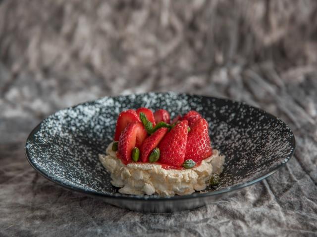 Restaurant Jules Pavlova fraises &  pistaches torréfiées