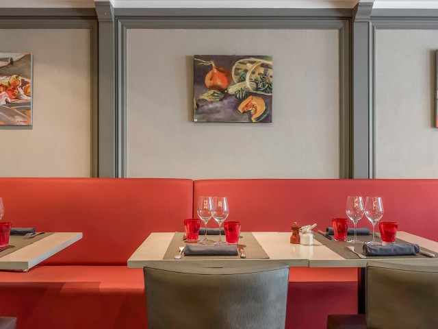 Restaurant Jules Salle Principale - Banquette rouge passion